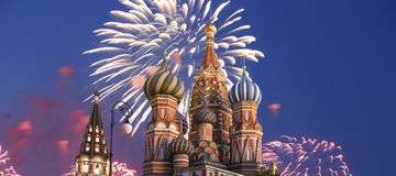Feux d'artifice au-dessus du temple de cathédrale de Basil de saint de Basil la place bénie et rouge, Moscou, Russie photo stock