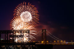 Feux d'artifice au pont de baie de San Francisco-Oakland Images stock