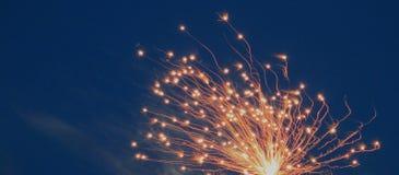 Feux d'artifice avec la ciel-bannière bleue image libre de droits