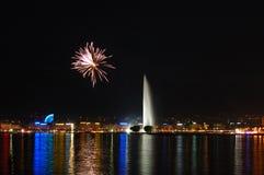 Feux d'artifice avec la fontaine de Genève Image libre de droits