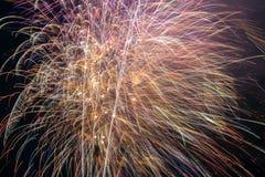 Feux d'artifice avec le ciel nocturne Image libre de droits