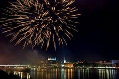 Feux d'artifice avec le panorama de nuit de Bratislava Photo libre de droits