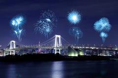 Feux d'artifice célébrant au-dessus du pont en arc-en-ciel de Tokyo la nuit, Japon Image stock