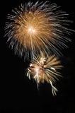 Feux d'artifice colorés dans le ciel nocturne Photo stock