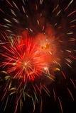 Feux d'artifice colorés explosifs ardents d'un rouge ardent Photo stock