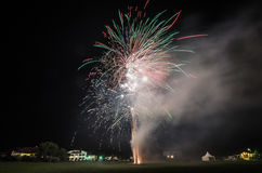 feux d'artifice colorés la nuit avec de la fumée Photos stock