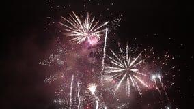 Feux d'artifice colorés lumineux la veille de nouvelles années à Ostrava, République Tchèque contre le ciel nuageux banque de vidéos