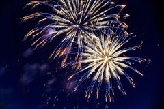Feux d'artifice colorés sur le ciel nocturne Explosions de la pyrotechnie au festival Photo libre de droits