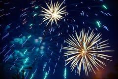 Feux d'artifice colorés sur le ciel nocturne Explosions de la pyrotechnie au festival Photos stock