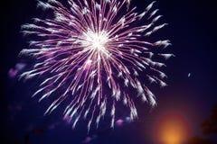 Feux d'artifice colorés sur le ciel nocturne Explosions de la pyrotechnie au festival photographie stock libre de droits