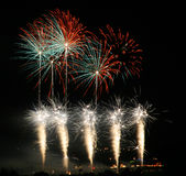 Feux d'artifice colorés dans l'obscurité Photo stock