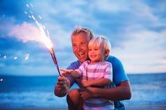 Feux d'artifice d'éclairage de père et de fils images libres de droits