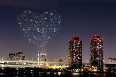 Feux d'artifice d'étincelle de coeur célébrant au-dessus d'Odaiba, paysage urbain de Tokyo Photographie stock
