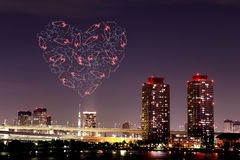 Feux d'artifice d'étincelle de coeur célébrant au-dessus d'Odaiba, paysage urbain de Tokyo Photos stock