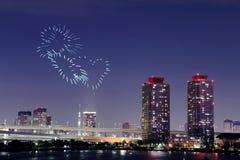 Feux d'artifice d'étincelle de coeur célébrant au-dessus d'Odaiba, paysage urbain de Tokyo Photographie stock libre de droits