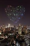 Feux d'artifice d'étincelle de coeur célébrant au-dessus du paysage urbain de Tokyo à proche Photo stock