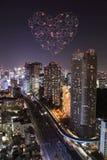 Feux d'artifice d'étincelle de coeur célébrant au-dessus du paysage urbain de Tokyo à proche Image libre de droits