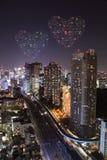 Feux d'artifice d'étincelle de coeur célébrant au-dessus du paysage urbain de Tokyo à proche Image stock