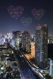 Feux d'artifice d'étincelle de coeur célébrant au-dessus du paysage urbain de Tokyo à proche Images libres de droits