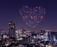 Feux d'artifice d'étincelle de coeur célébrant au-dessus du paysage urbain de Tokyo à proche Photographie stock libre de droits