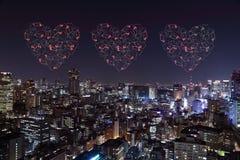 Feux d'artifice d'étincelle de coeur célébrant au-dessus du paysage urbain de Tokyo à proche Images stock