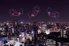 Feux d'artifice d'étincelle de coeur célébrant au-dessus du paysage urbain de Tokyo à proche Photos libres de droits