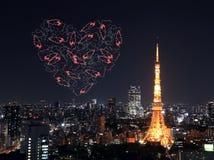 Feux d'artifice d'étincelle de coeur célébrant au-dessus du paysage urbain de Tokyo à proche Photos stock