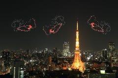 Feux d'artifice d'étincelle de coeur célébrant au-dessus du paysage urbain de Tokyo à proche Photographie stock