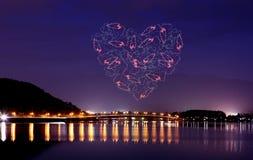 Feux d'artifice d'étincelle de coeur célébrant au-dessus du pont du lac Kawaguch Photo libre de droits