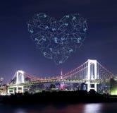 Feux d'artifice d'étincelle de coeur célébrant au-dessus du pont en arc-en-ciel de Tokyo à Images libres de droits