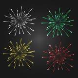 Feux d'artifice d'isolement sur un fond foncé, 4 couleurs différentes - blanches, vert, jaune, rouge Images libres de droits