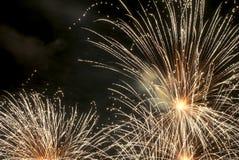 Feux d'artifice d'or pendant l'année neuve 2013 Photos stock