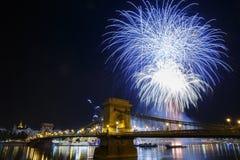 Feux d'artifice dans la vue de Budapest du pont à chaînes lumineux et Image libre de droits