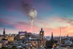 Feux d'artifice dans le château d'Edimbourg au coucher du soleil image stock