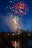 Feux d'artifice dans le ciel de nuit Photographie stock libre de droits