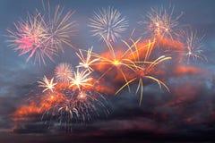 Feux d'artifice dans le ciel de soirée Photographie stock libre de droits