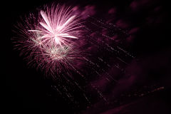 Feux d'artifice dans le ciel nocturne Images libres de droits