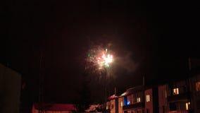 Feux d'artifice dans le ciel nocturne au-dessus des maisons Photo stock