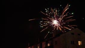 Feux d'artifice dans le ciel nocturne au-dessus des maisons Images libres de droits