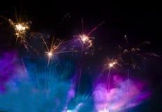 Feux d'artifice dans le lilas et la fumée bleue Image libre de droits