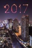 Feux d'artifice de 2017 bonnes années au-dessus du paysage urbain de Tokyo la nuit, Jap Images stock