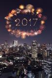 Feux d'artifice de 2017 bonnes années au-dessus du paysage urbain de Tokyo la nuit, Jap Photographie stock