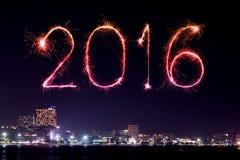 Feux d'artifice de 2016 bonnes années célébrant au-dessus de la plage de Pattaya Image stock