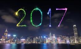 Feux d'artifice de 2017 bonnes années célébrant au-dessus de la ville de Hong Kong Images stock