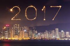 Feux d'artifice de 2017 bonnes années célébrant au-dessus de la ville de Hong Kong Photographie stock libre de droits