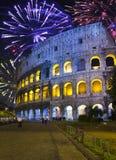 Feux d'artifice de célébration au-dessus de Collosseo l'Italie rome image stock