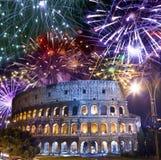 Feux d'artifice de célébration au-dessus de Collosseo l'Italie rome photographie stock libre de droits