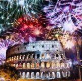 Feux d'artifice de célébration au-dessus de Collosseo l'Italie rome images stock