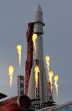 Feux d'artifice de célébration sur le fond de la fusée soviétique Vostok Photographie stock