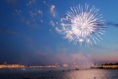Feux d'artifice de fête à St Petersburg, Russie Images stock